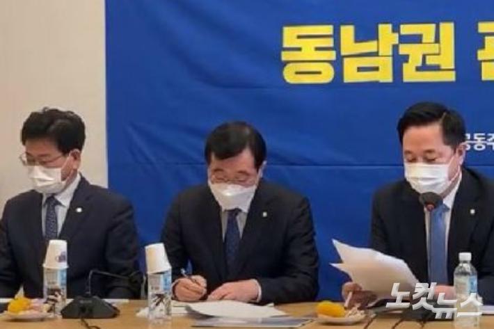 왼쪽부터 김정호, 민홍철, 김두관 의원. 김두관 유튜브 영상 캡처.