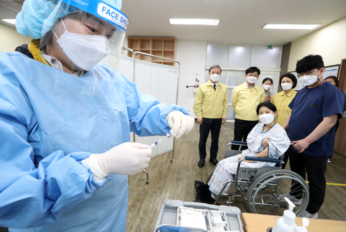 전북 전주시와 완산소방서는 23일 코로나19 백신접종 모의훈련을 실시했다. 전주시 제공