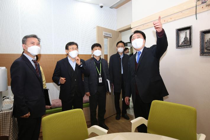 현장 확인하는 권덕철 보건복지부장관(왼쪽 두번째).  청주시 제공