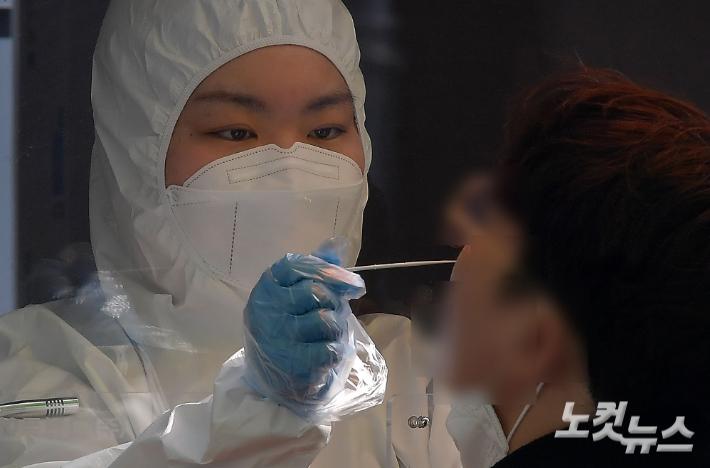 임시선별검사소에서 의료진이 검체를 채취하고 있다. 박종민 기자