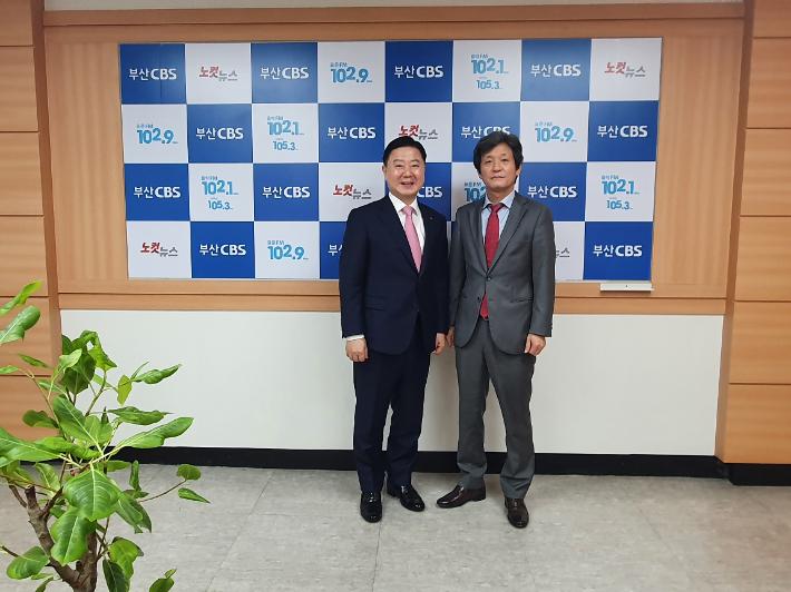안감찬 부산은행장(사진 왼쪽)이  8일 부산CBS 정민기 대표와 기념사진을 찍고 있다.