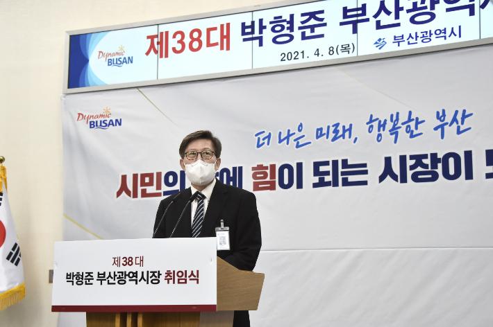 박형준 부산시장 당선자는 '코로나19 위기 소상공인 지원대책'을 1호로 결재했다.  부산시청 제공