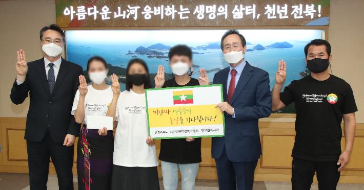 송하진 전라북도지사가 12일 미얀마 유학생들을 만나 미얀마 사랑 1청원 1티셔츠 구매운동에 적극 나서겠다고 밝혔다. 전라북도 제공