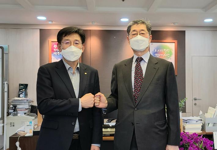 전만권 천안시 부시장(왼쪽)과 송필호 전국재해구호협회장이 기념촬영을 하고 있다. 천안시 제공