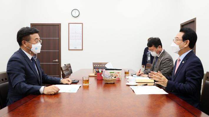 김영록 전남지사(오른쪽)가 4일 윤호중 더불어민주당 원내대표(왼쪽)를 면담하고 전남 핵심현안에 대해 설명하고 있다. 전라남도 제공