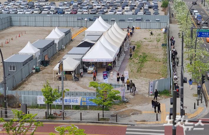 코로나19 임시선별검사소에서 시민들이 검사를 받기 위해 줄을 서 있다. 박종민 기자