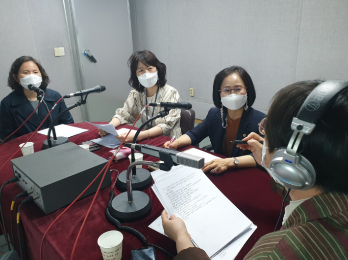 오른쪽부터 이수복 PD, 노영신 장학관, 엄진영 장학사, 김영이 리포터. 이은영 PD