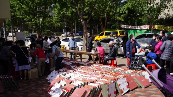 포항제일교회 봉사자들은 8일 오전부터 창포주공아파트와 용흥동 신도아파트, 한라파크맨션, 학산주공아파트 등에서 선물을 전달했다. 포항제일교회 제공