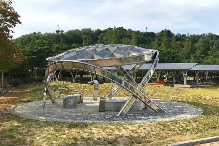 (주)인페쏘의 태양광 조형물 '솔라파인'. 포스코 제공