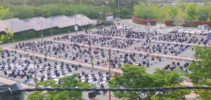 지난 13일 경남 김해시 가야테마파크 주차장에서 라마단 종료 행사인 이드 알 피트로 합동 예배가 열리고 있다. 연합뉴스