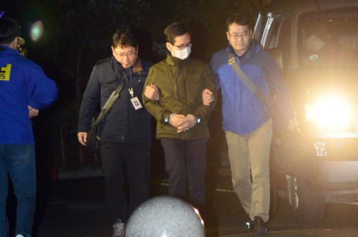 지난 2016년 서울에서 체포된 이영복 회장이 부산지검에 도착한 모습. 강민정 기자