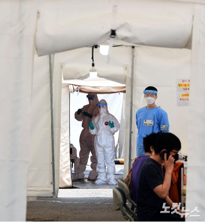 임시선별검사소에서 의료진들이 시민들을 안내하고 있다. 황진환 기자