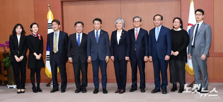 유엔외교 독립패널위원단 만난 강경화 외교부 장관