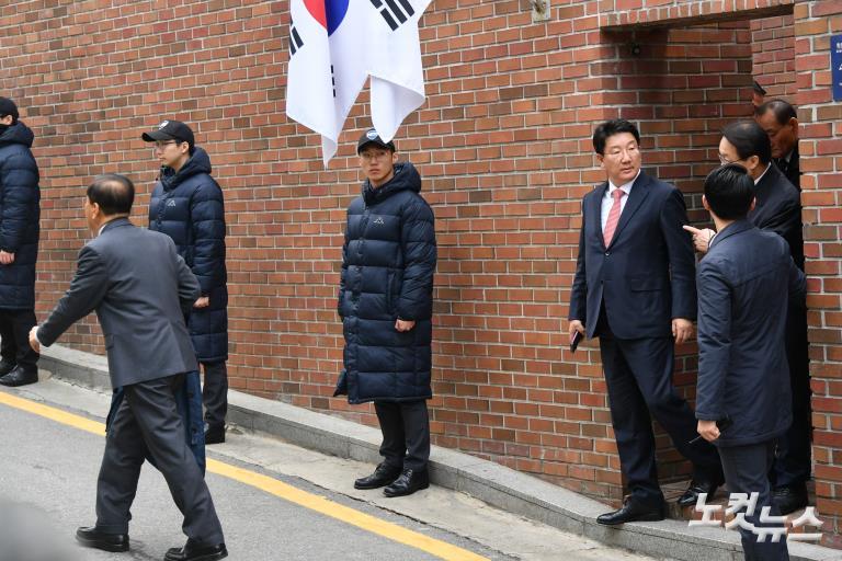 검찰 출석하는 이명박 전 대통령의 논현동 자택