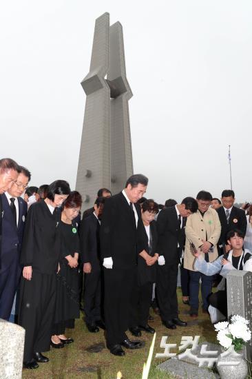 5.18 민주묘지 참배하는 이낙연 국무총리