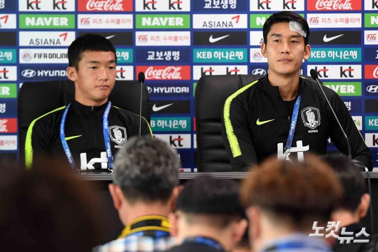 훈련 전 인터뷰하는 축구대표팀 이용-김민우