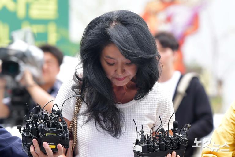 변호사 강용석과 함께 분당경찰서 출석하는 배우 김부선