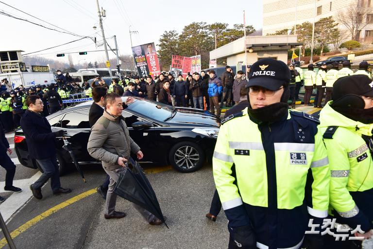 검찰 출석 전 대법원 앞에서 입장 밝히는 양승태 전 대법원장
