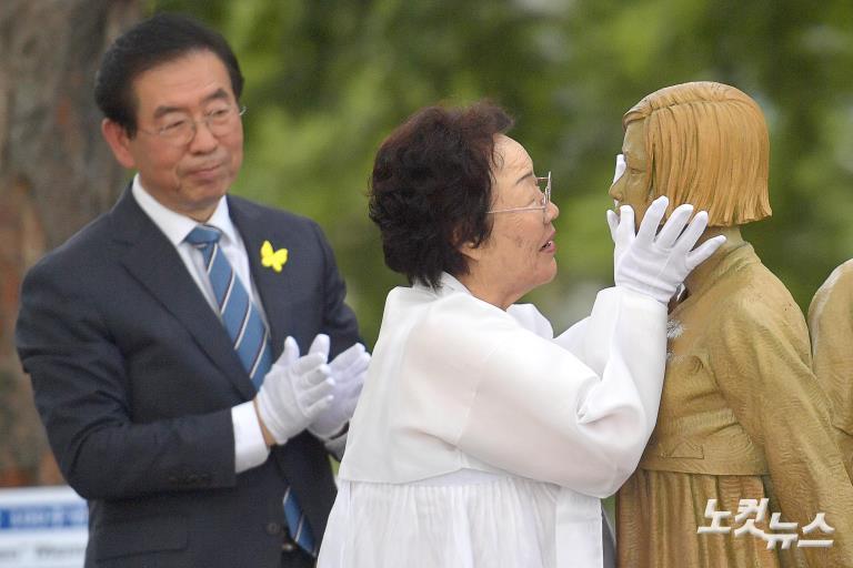 기림비 동상 어루만지는 이용수 할머니