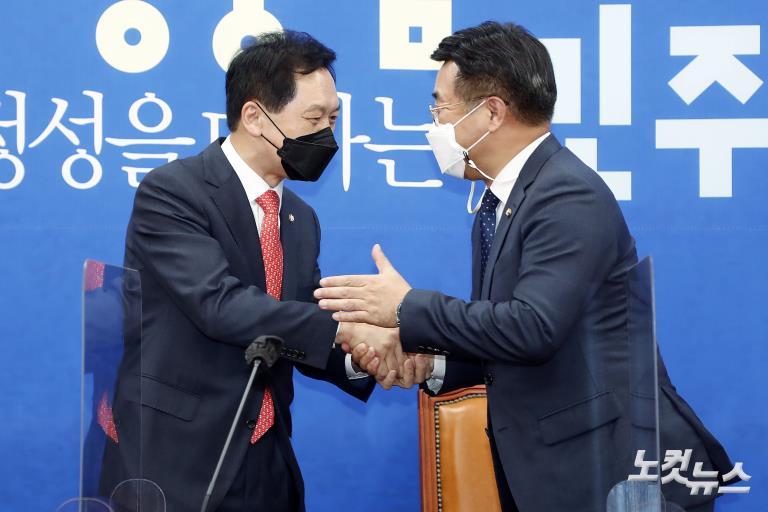 민주당 윤호중 원내대표 찾은 국민의힘 김기현 대표 권한대행 겸 원내대표