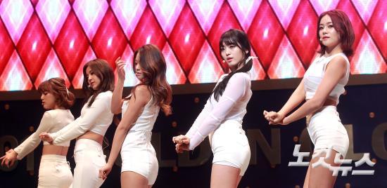 '사뿐사뿐' 축하 공연하는 AOA
