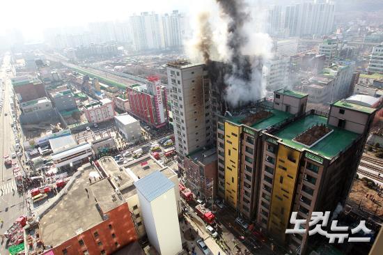연기 치솟는 의정부 아파트 화재 현장