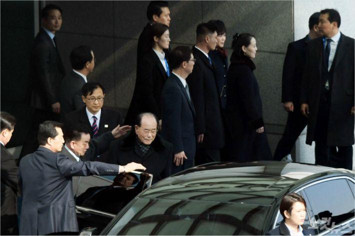 90대 김영남이 깍듯하게 김여정에게 먼저 '자리 권유'
