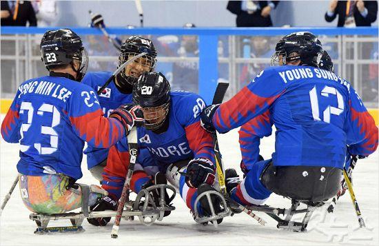 韓 장애인 아이스하키, '최강' 캐나다에 무릎