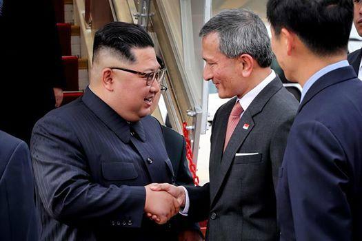 김정은, 싱가포르 도착…인민복 차림에 환한 미소