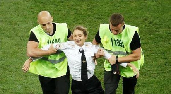 월드컵 결승전 난입은 반체제 록그룹 '푸시 라이엇' 소행