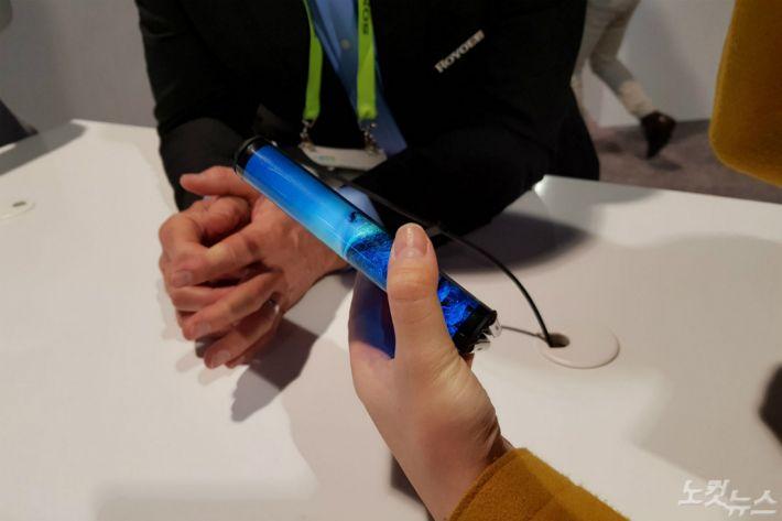 中서 美로 나온 세계 최초 폴더블폰, 새롭기는 한데…