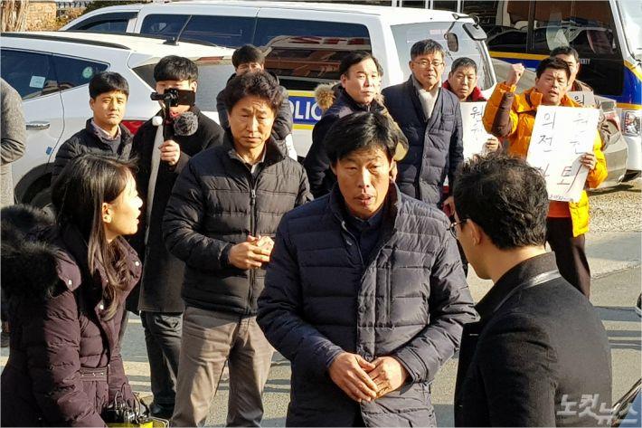 """가이드 폭행 박종철 예천군의원 경찰 출두…""""물의 빚어 죄송하다"""""""