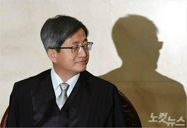 """김명수 대법원장 """"사법농단 기소, 사법부 불신으로 이어져선 안돼"""""""