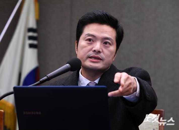 '조국 수석 등 추가 고발' 김태우 검찰 출석