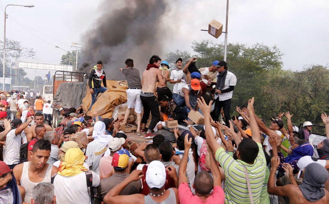 """베네수엘라 국경서 원조물품 반입 놓고 충돌…""""2명 사망·31명 부상"""""""