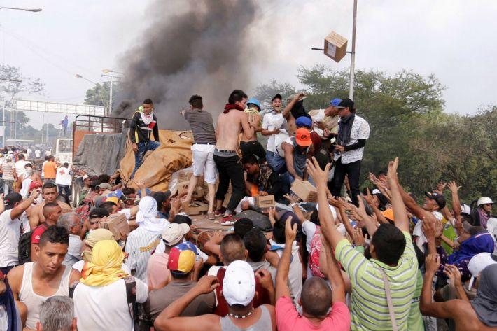 베네수엘라 국경서 '구호물품 반입' 충돌…최소 300여명 사상