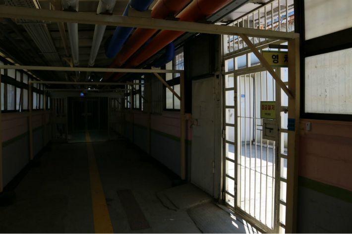 [Why뉴스] 56년된 안양교도소 왜 재건축 손도 못대나?