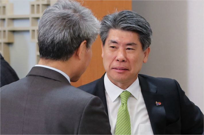 """靑 """"집값 하향세지만, 서민층 부담 여전…더 내려가야"""""""