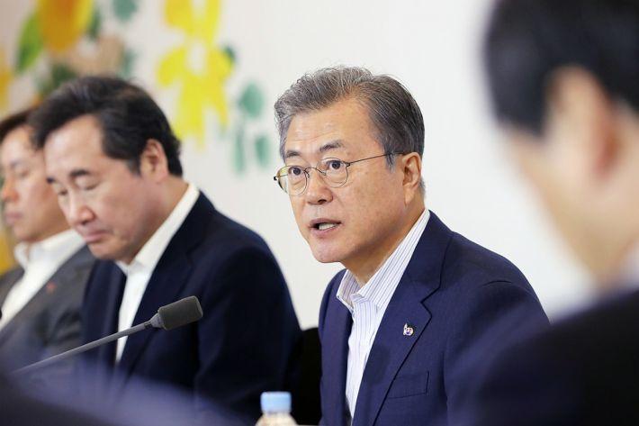 """文대통령 """"장소·형식 구애받지 않고 남북 마주앉길 희망"""""""