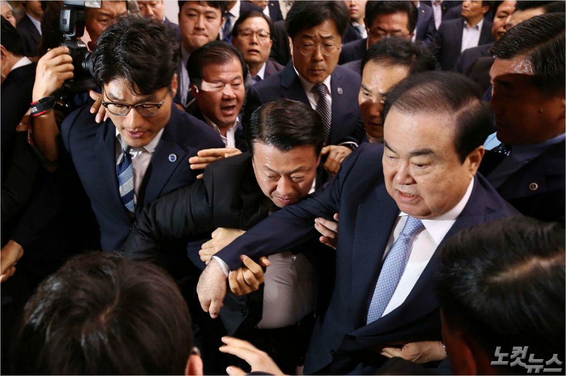 """국회 대변인 """"임이자 의원이 문 의장 앞 가로막아"""""""