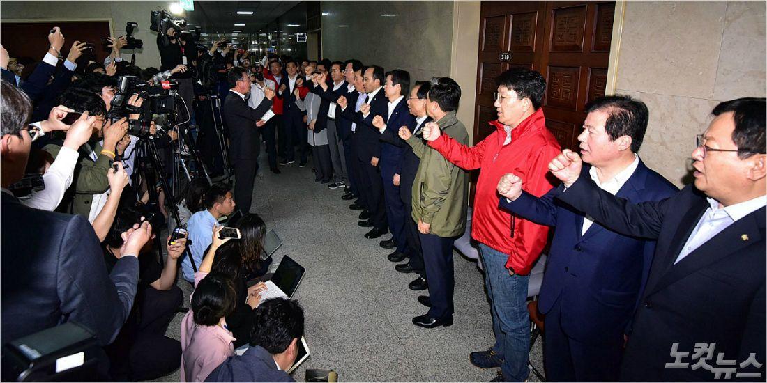 """""""한국당 패싱, 막을 수 밖에"""" vs """"국민 공분 두렵지 않나"""""""