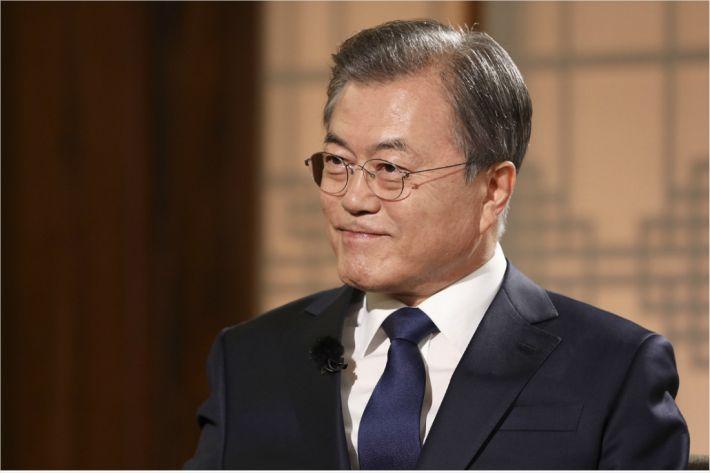 """문 대통령이 공개한 '도보다리 30분'…""""진솔한 비핵화 대화"""""""
