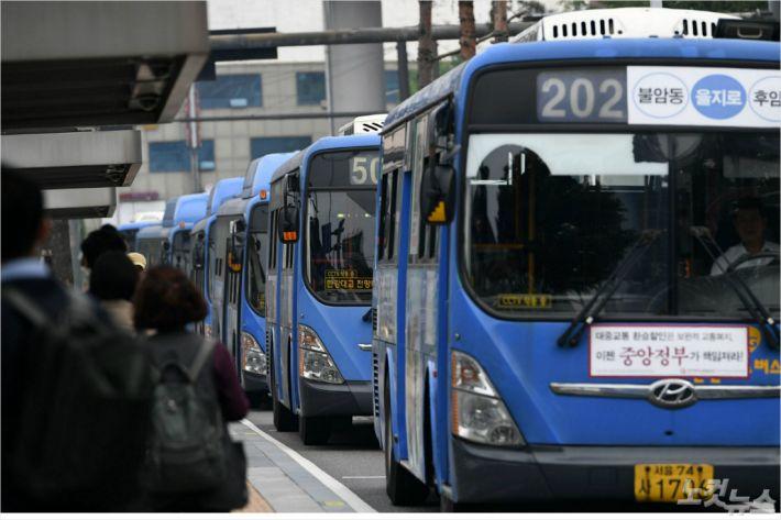 """버스 파업 직전 타결에 출근길 시민들 """"마음 졸였는데 다행"""""""