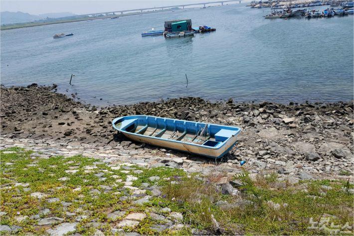 [FRP 선박의 역습 ①] 해안에 버려진 어선들, 환경을 위협하다