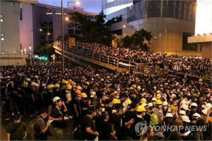"""홍콩서 15시간 경찰청 포위시위 종료…경찰 """"위법에 엄중조치""""(종합)"""
