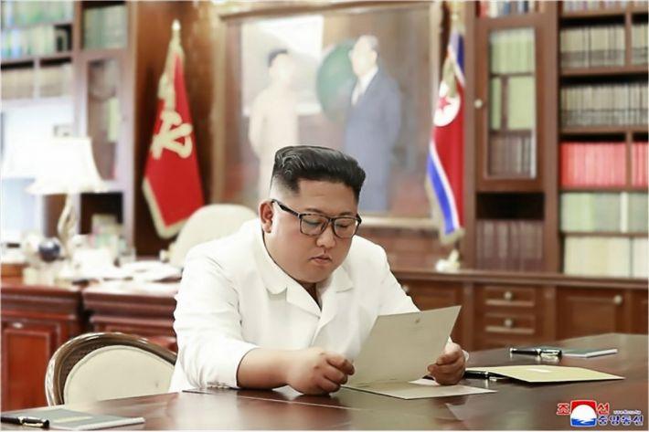 """北 """"트럼프 친서 받아…휼륭한 내용에 만족"""""""