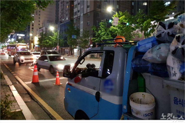 '도로 위가 작업장' 매일 밤 사고 위험에 노출되는 환경미화원들