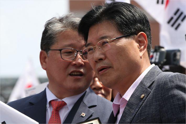 """홍문종 """"천막, 일단 철거..트럼프 가면 또 치겠다"""""""