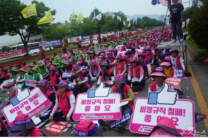 경남 학교 비정규직 파업 사흘째…136개교 급식 차질