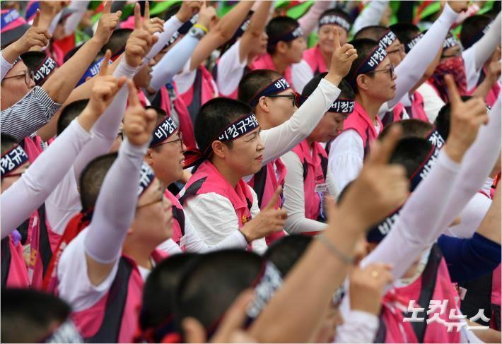 결국 실밥 터진 文정부의 '비정규직 봉합'